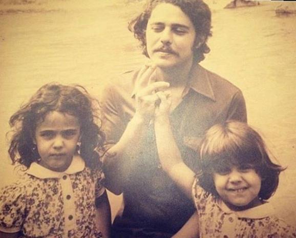 """Na foto familiar de Silvia, Chico e Helena, divulgada no Instagran de Silvia , Pedrosa descarregou sua raiva ofendendo o cantor e seus familiares: """"família de Canalhas!!!Que orgulho de ser ladrão!!!"""""""