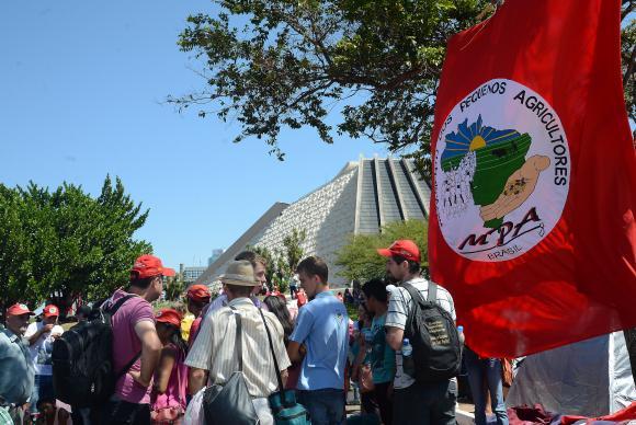 Manifestantes ligados a grupos sociais contra o impeachment: MST, CUT e Pequenos Agricultores estão acampados próximo à Esplanada dos Ministérios desde o último final de semana à espera da votação deste domingo. Foto:Elza Fiúza/Agência Brasil