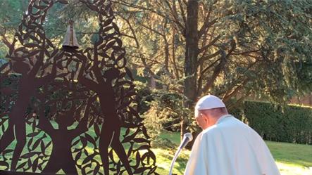 O papa ao abençoar a imagem pediu orações pelo Brasil. Reprodução.