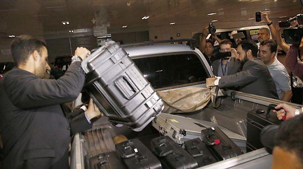 Na foto, as diversas maletas, de tamanho variado, apreendidas no Senado. Suspeita-se que também haja aparelho de escuta. Reprodução da Internet.