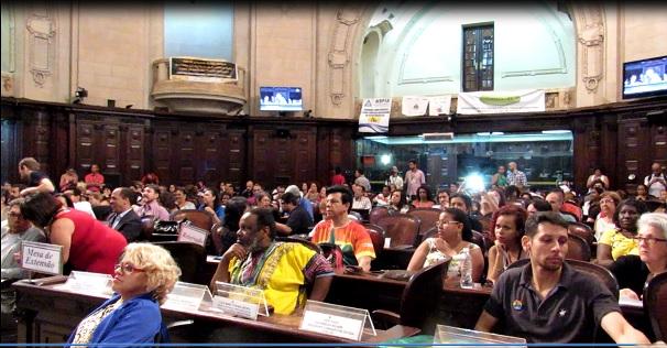 O plenártio da Alerj ficou lotado de repr4esentantes de movimentos sociais e servidores contra a extinção da Secretaria de Assistência Social e Direitos Humanos, terça-feira (18) Foto: Marcelo Auler