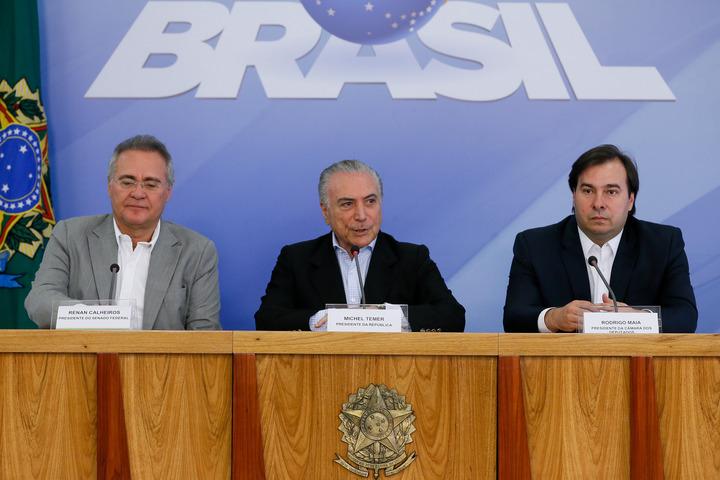 Na tentativa de abafar o escândalo provocado pelas declarações de Calero, Temer, Renan e   Maia improvisaram uma entrevista: sinal de final de governo? (Foto: Beto Barata/PR)