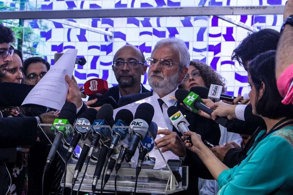 Ivan Valente e a bancada do PSOL apresentam o primeiro pedido de impeachment contra Temer. Rodrigo Maia o aprovará? Foto: Nunah Alle/PSOL