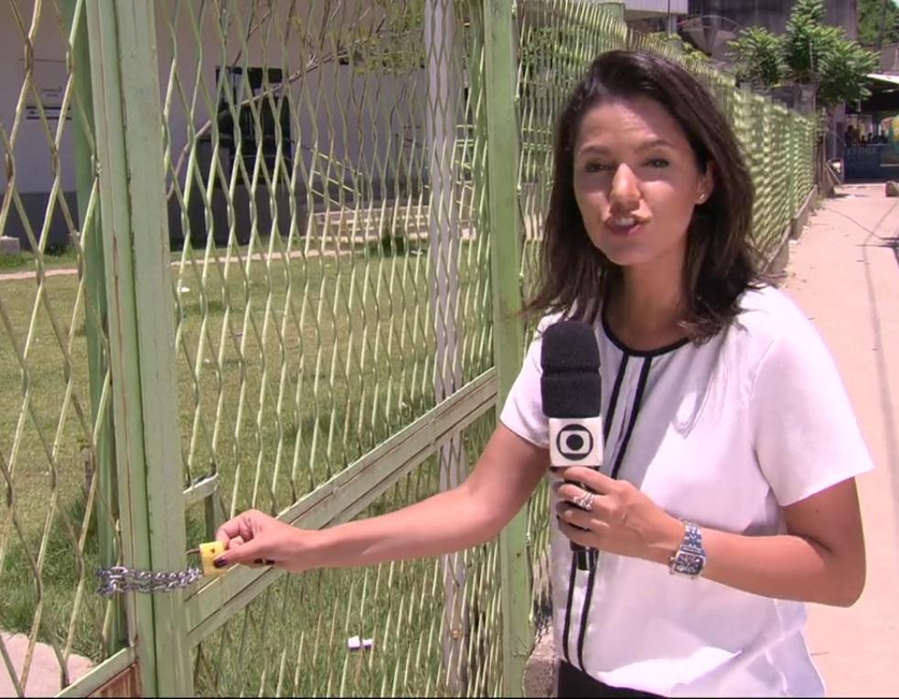 Clínica de Família em Austin, Nova Iguaçu: portão fechado com cadeado em plena luz do dia, apesar de anunciarem funcionamento 24hs.