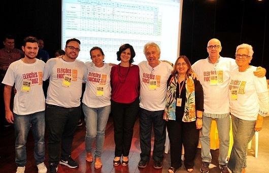 Em 26/11 a Comissão Eleitoral da Fiocruz prooclamou o resultado com Nísia (ao centr, de blusa vermelha) em primeiro lugar e Tânia em segundo. (foto: Peter Ilicciev/Fiocruz)