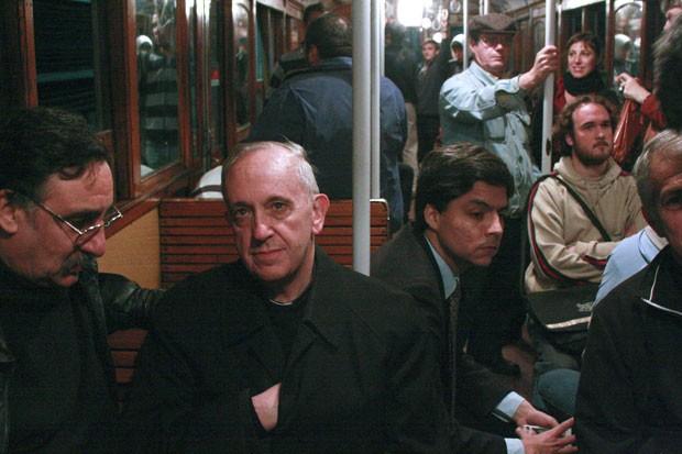 O Papa Francisco, ainda cardeal Bergoglio, andando de metrô em Buenos Aires.