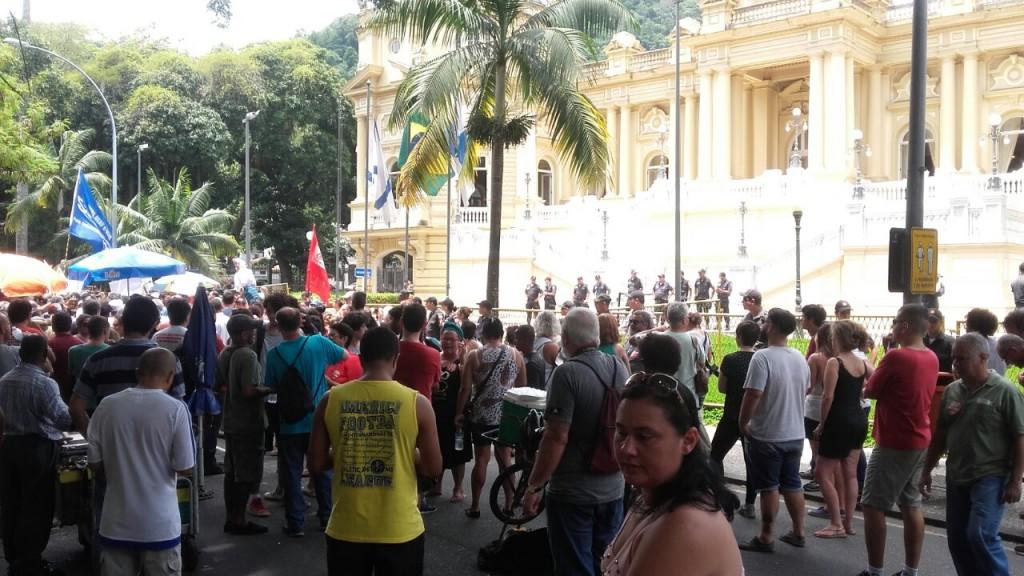 Servidores do Rio, com salários atrasados, voltaram a se manifestar hoje na porta do Palácio Guanabara e ruas adjacentes. Não houve repressão, apesar do forte policiamento.