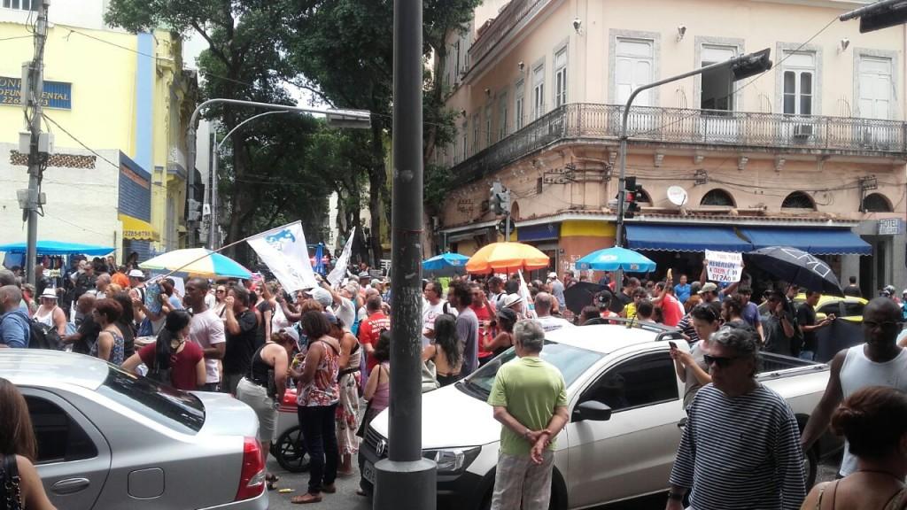 A manifestação desta sexta-feira, 23/12, fechou as duas pistas da Rua Pinheiro Machado (defronte ao Palácio), outras duas na Praia do Flamengo e depois a Rua do Catete, na altura do Largo do Machado. Terça-feira eles farão assemblçeia