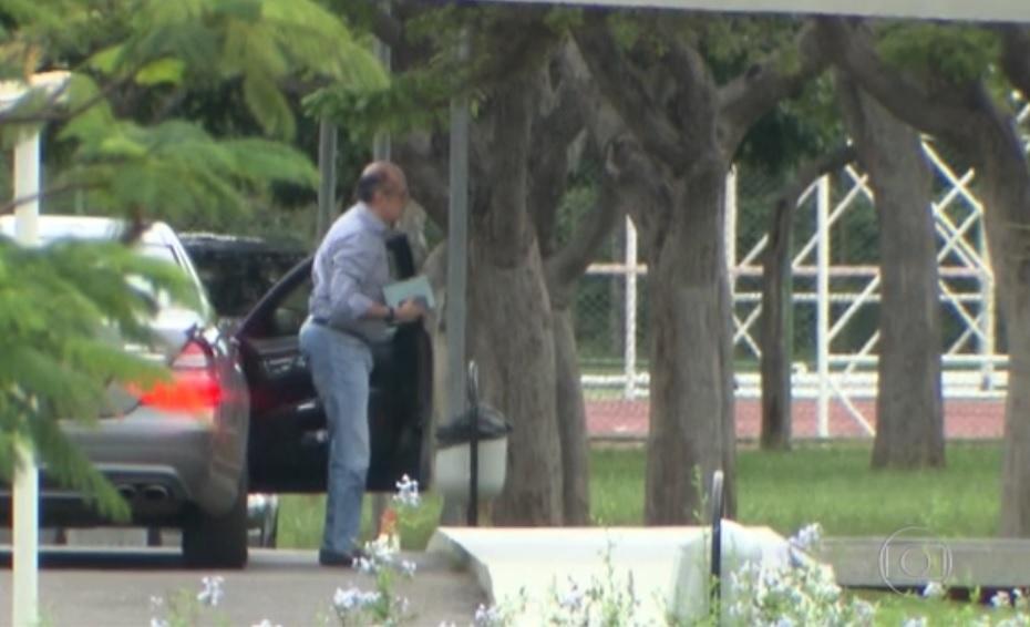 Gilmar Mendes, no início da noite de domingo(22/01) chega para jantar com o amigo de 30 anos, Michel Temer. Reprodução da TV Globo