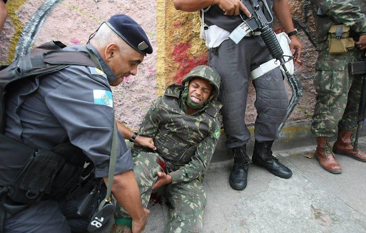 """""""Resta torcer para que os militares não saiam (das operações nos presídios) mortos ou humilhado"""". Em novembro de 201o um soldado do Exército foi ferido quando a tropa ocupou o Morro do Alemão (Zona Norte do Rio)"""