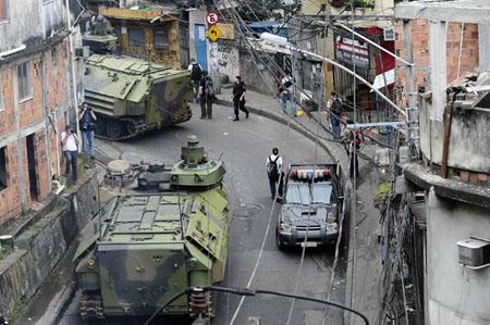 Tanques de guerra subiram no Vidigal em 2011