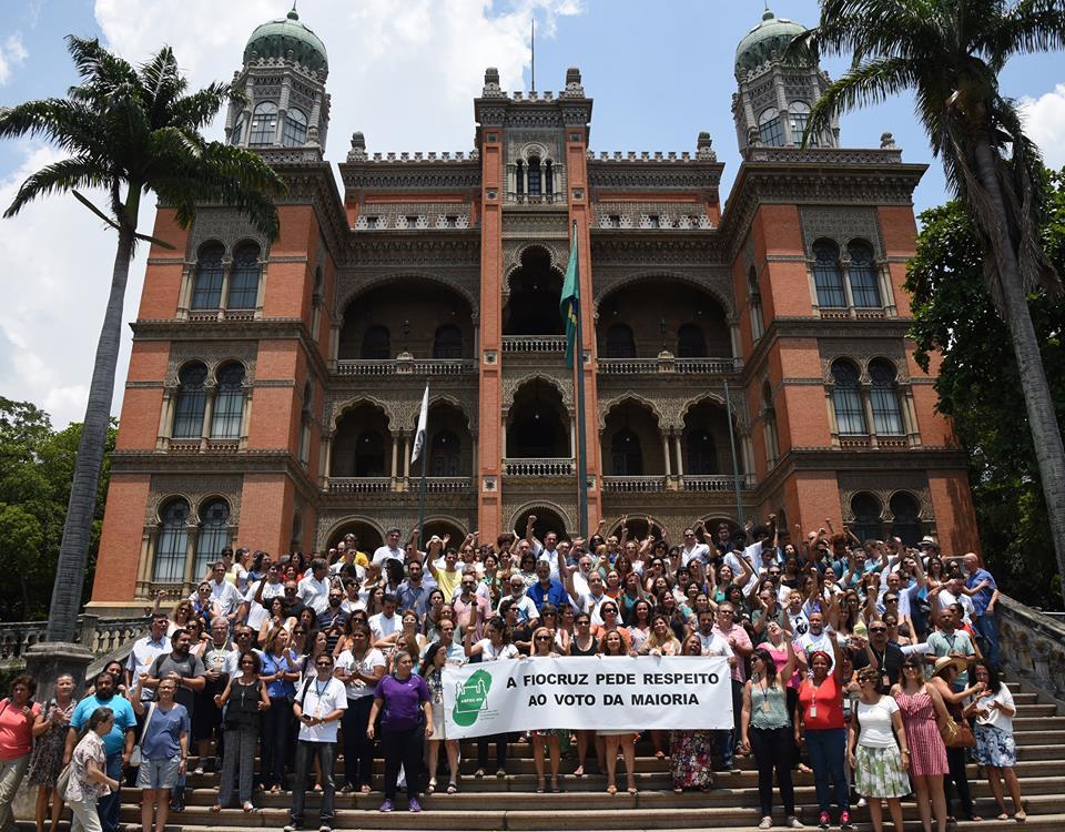 Reunidos em frente ao Palácio Oswaldo Cruz, em Manguinhos, os servidores exigiram o respeito a voto.