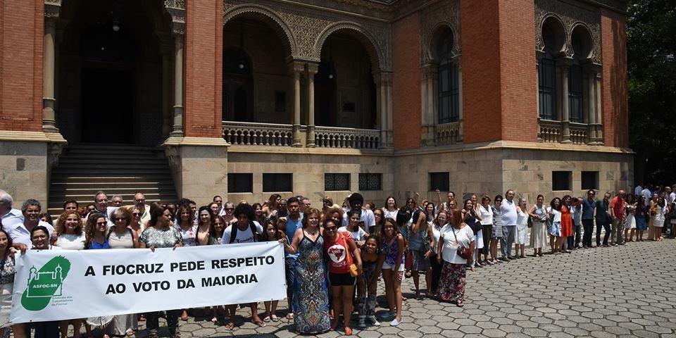 """Alguns dos servidores da Fiocruz, que terça-feira abraçaram o Palácio de Manguinhos, entenderam o """"acordo"""" feito como uma capitulação. Foto: Mario Cesar/Fiocruz"""