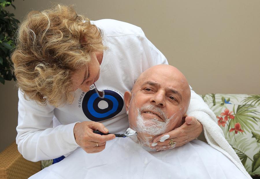 Marisa, cuidando de Lula no período do tratamento do câncer.