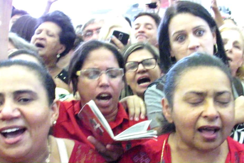 """Passava das 15h00 e a freira continuava lá, já no salão do velório, no meio de centenas de outras mulheres, puxando um coro espontâneo: """"Segura na mão de Deus e vai..."""" (Foto: Blog Marcelo Auler)"""