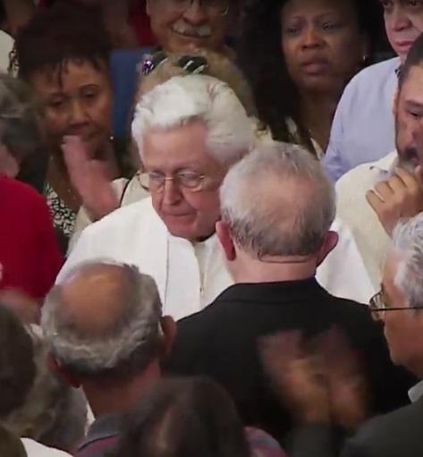Dom Angélico foi ovacionado ao dar o recado a Lula (Reprodução TVT)