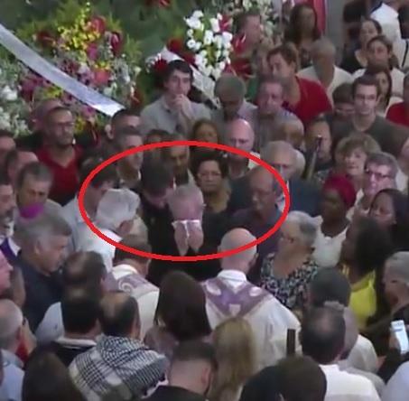 Ao lado de dom Angélico, Lula enxuga as lágrimas (Reprodução TVT)