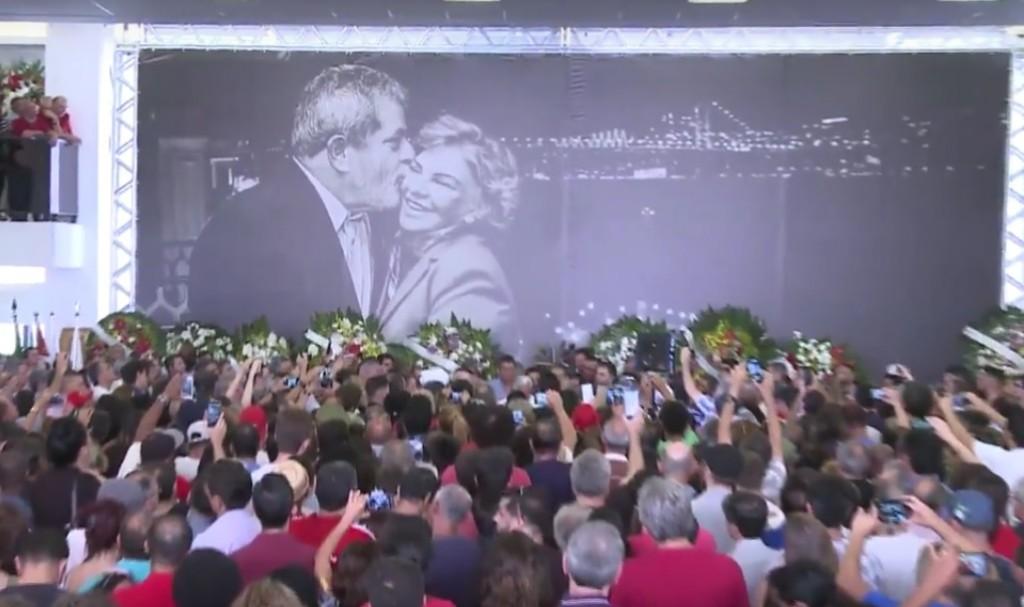 No prédio do histórico Sindicato dos Metalúrgicos, o ato de despedida a Marisa Letícia e de solidariedade a Lula, é claro que também se transformaria em ato político. Só critica isso que não conhece a História do Brasil.m(Foto, reprodução TVT)