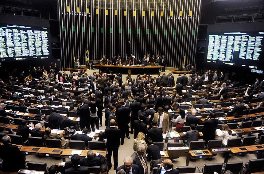 """Fernando Henrique criticou a fragmentação dos partidos e garantiu que nenhum presidente consegue maioria sem apelar para o """"presidencialismo de coalizão"""""""