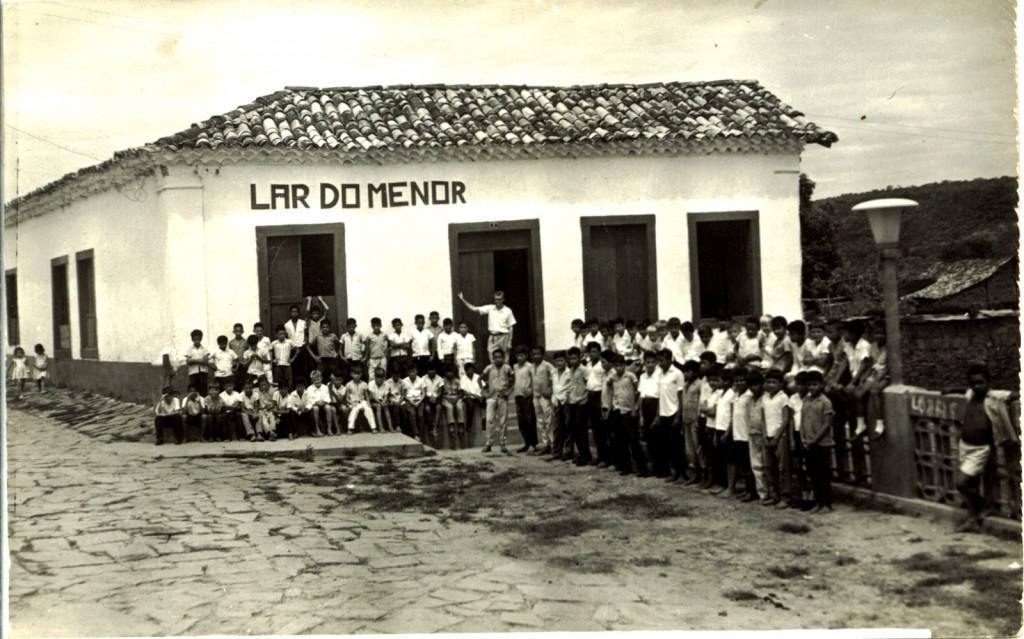 "O ginásio onde Gilmar Mendes estudou era destinado a alunos pobres, que moravam no Lar do Menor (na foto, como o professor Egydio na porta). Ele, de família  ""remediada, ou rica da cidade"", foi considerado ""aluno privilegiado""."