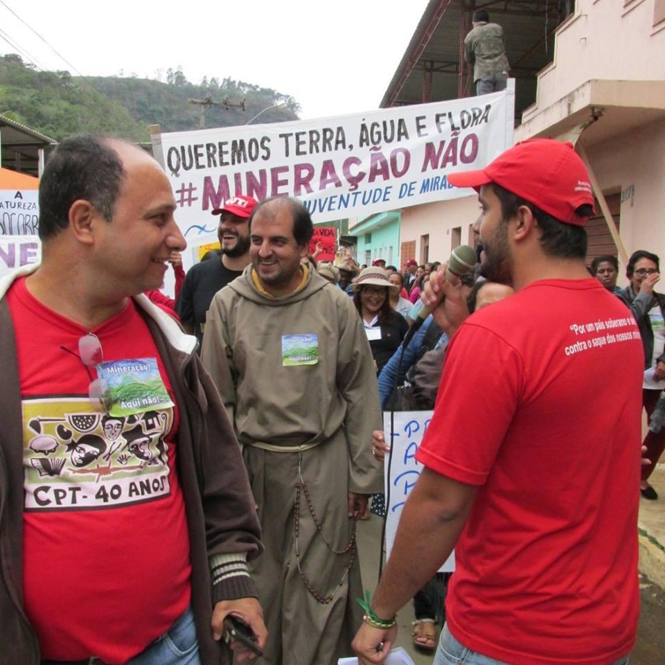 As manifestações  em Muriaé contra a mineração na região, teve a participação de Frei Gilberto e desagradou a muitos. (Foto reprodução)