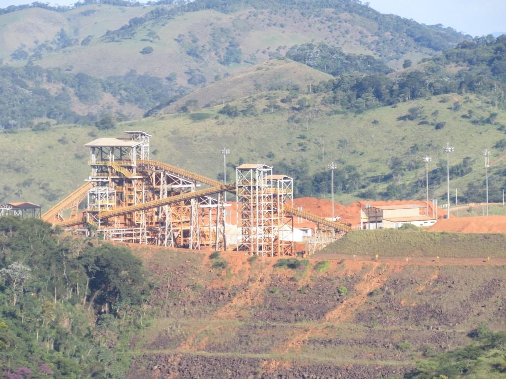 No meio da Mata Atlântica da região da Zona da Mata, em Minas Gerais, a Companhia Brasileira de Alumínio (CBA), do Grupo Votorantin,extrai a bauxita utilizada na sua fábrica de alumínio em São Paulo. (Foto: Marcelo Auler)