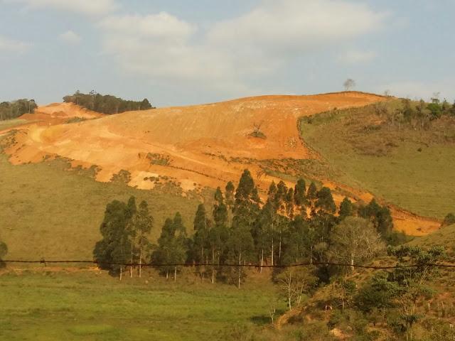 Por onde a mineração passa, fica o rastro. (Foto do site: http://campanhapelasaguas.blogspot.com.br/)