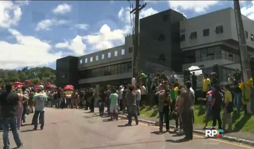 Em 4 de março de 2016, quando Lula foi conduzido coercitivamente pela Polícia Federal, grupos de manifestantes pró e contra o ex-presidente estiveram na portada superintendência do DPF em Curitiba. Dia 3 de maio o encontro se repetirá, mas ambos os lados prometem grande mobilização.