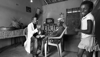 """""""Assistimos a um grande recuo de iniciativas que resgatem a dignidade popular!.  Foto Araquem Alcântara , do livro Mais Médicos."""