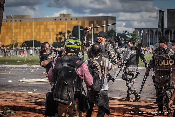 Ocupa Brasília - 24/05/07. A repressão policial acaba reagindo de forma desmesurada e indiscriminada. Foto: Francisco Proner Ramos