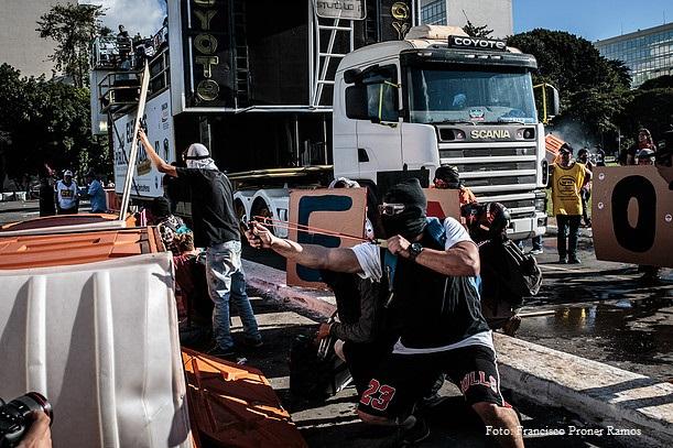 Ocupa Brasília - 24/05/17: Os ataques dos black blocs acabam provocando uma reação que atinge a todos manifestantes e, normalmente, obrigam o fim da manifestação. Foto: Francisco Proner Ramos