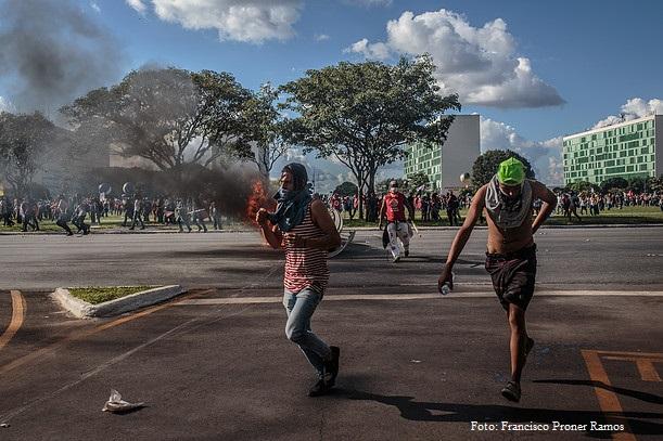 """Ocupa Brasília – 24/05/17: """"Muitas vezes, o efeito das bombas de gás da polícia leva manifestantes cobrirem o rosto com a blusa para se protegerem. Logo são confundidos com os black blocs. Foto: Francisco Proner Ramos"""
