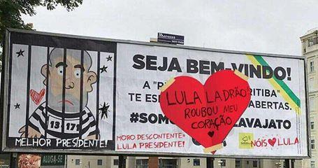Nos cartazes que pregam a prisão de Lula e louvam a Lava Jato, adeptos do ex-presidente colaram as suas manifestações de amor ao mesmo.