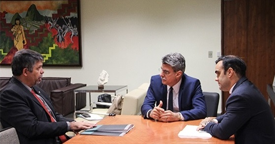 O presidente da ANPR, José Robalinho Cavalcanti (esq.), senador Romero Jucá (centro) e Angelo Goulart Vilela.