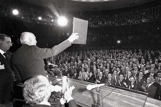 """Ulysses Guimarães promulgou aquela que denominou de Constituição Cidadão, hoje Balzaquiana, porém, necessitando de """"retoques""""."""