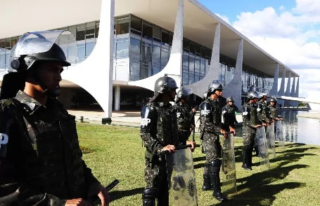 Em 24 de maio, Temer, com o respaldo do general Etchegoyen, convocou as Forças Armadas para o policiamento de Brasília, como não ocorria desde a ditadura militar.
