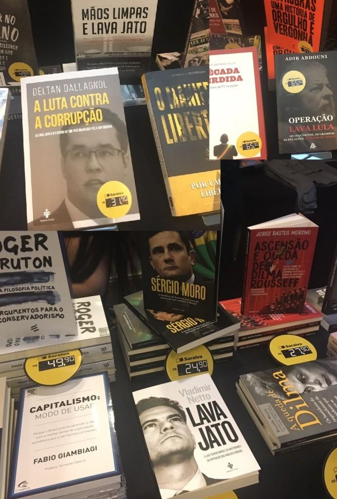Entre os títulos à disposição, livros enaltecendo a Lava Jato, Moro e Dallagnol, e outros falando mal dos governos petistas.