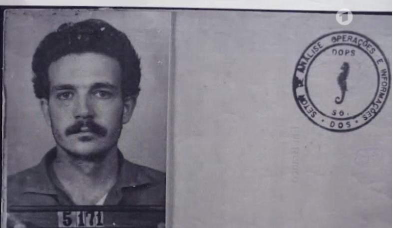 Luico guarda consihgo a foto que fizeram dele nbo DOPS, ao ser preso. Reprodução