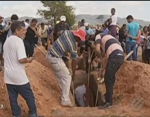 Enterro das vítimas, foto reprodução TV Liberal