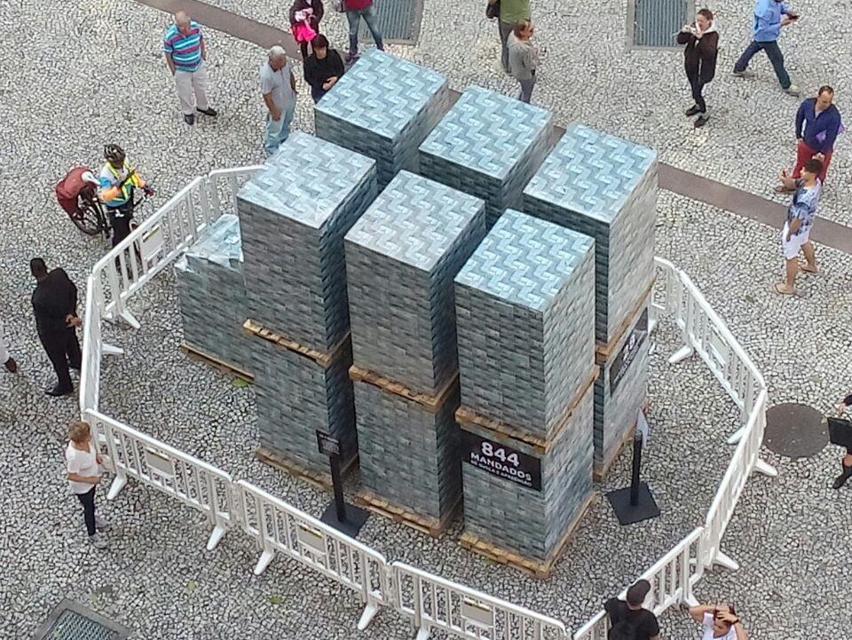 """Na publicidade do filme, o """"pacote de dinheiro"""" exposto na rua de Curitiba. Foto: reprodução"""