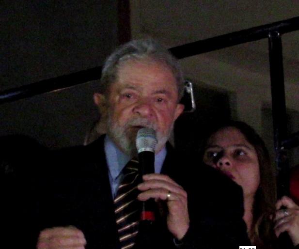 Diante da multidão que o esperou no Paço Municipal de Curitiba, Lula voltou a cobrar de quem o acusa - o Ministério Público Federal da Força Tarefa -as provas dos seus crimes.(Foto: Marcelo Auler)
